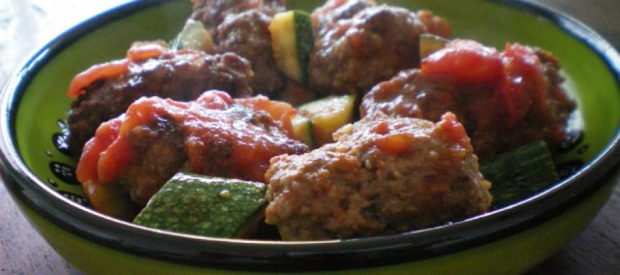 Griekse gehaktballetjes met tomaat en courgette