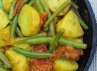 Verse aardappelcurry met sperziebonen en tomaat