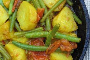 Aardappelcurry met sperziebonen en tomaat
