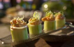 Luxe garnalensalade gepresenteerd in komkommer