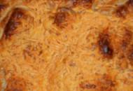 Hartige groentetaart met gehakt en blauwe kaas in bladerdeeg