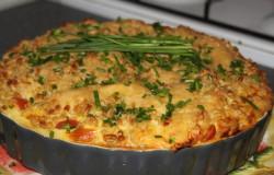 Macaroni-taart met chinese kool en tomaatjes