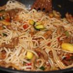 Snelle woknoedels, gyros en groenten