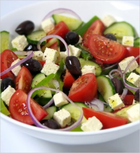 Pittige Griekse salade (Choriatiki salata) met een twist