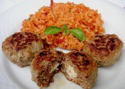 Griekse gehakspiesjes met feta kern en tomatenrijst