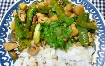 Lentewok met asperges, peultjes, lente ui & kip