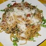 Pasta aglio olio met tomaten, rucola en Parmezaan