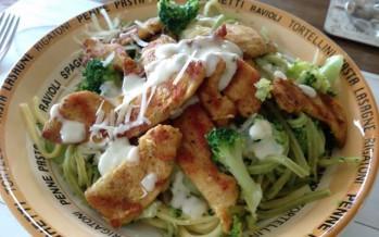 Verse pasta met broccoli, gegrilde kip en gorgonzolasaus