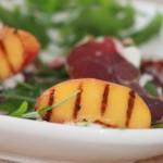 Gegrilde perziken met Herderham en zachte geitenkaas