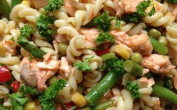 Verse maaltijd pastasalade met zalm