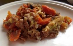 Herfst stoofschotel van rundvlees, herfstgroenten en bokbier
