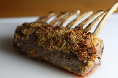 Hertenrack met een korst van knoflook, rozemarijn en mosterd