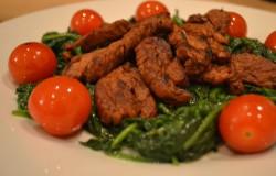Gelakte varkenshaas met spinazie en kerstomaatjes