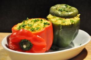 Gevulde paprika met rijst, spitskool en kip.