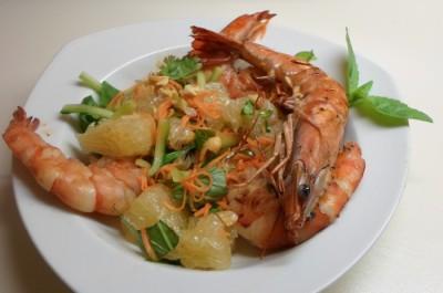 Vietnamese salade van pomelo, pinda's en garnalen