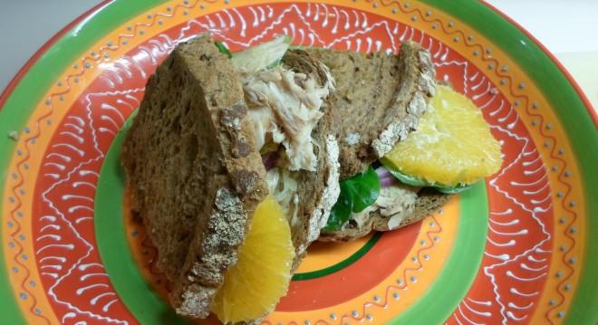 sandwich met makreel, zuurkool, veldsla en sinaasappel