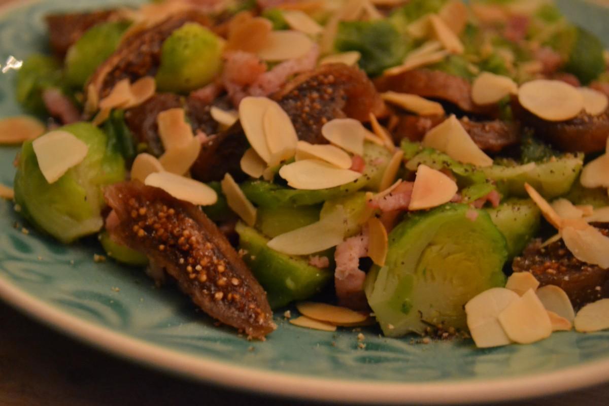 Spruitjes met spekjes, vijgen en amandelschaafsel