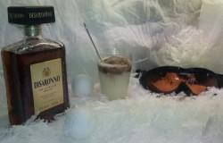 Warme witte chocolademelk op de piste