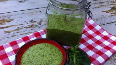 Pesto van wilde spinazie en walnoten