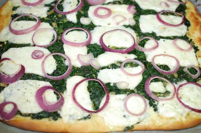 Hippe pizza met wilde spinazie en haloumi