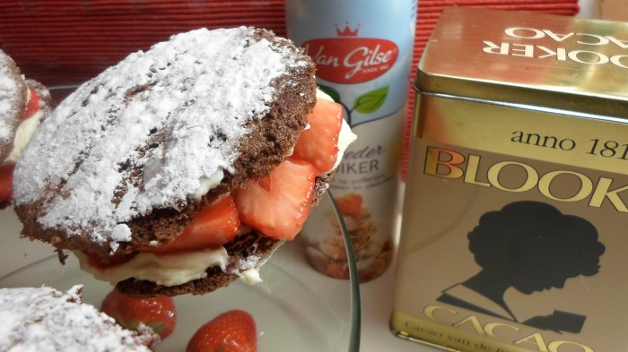 Chocoladecakesandwiches met aardbeien - Donna Hay