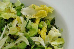 Groene zomer salade met doperwten.