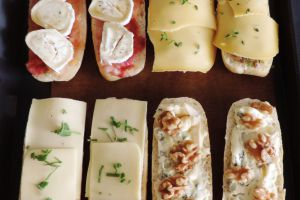 Broodje kaas op vier manieren uit de oven