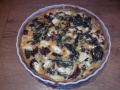 Hartige taart met verse spinazie, zongedroogde tomaat en feta