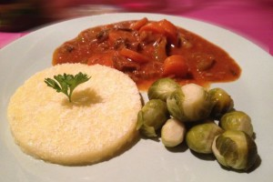 Italiaans stoofpotje ´Spezzatino´ met Polenta & mini Spruitjes
