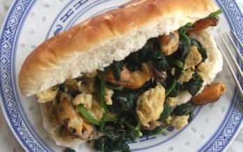 Smørrebrødbroodje met mosselen, spinazie en roerei