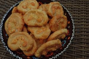 Kaasvlinders hartige koekjes gemaakt met bladerdeeg