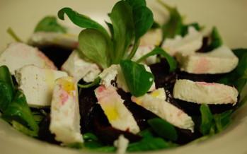 Salade van biet, geitenkaas en veldsla