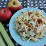 Frisse salade met bleekselderij, appel en ananas