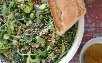 Groene quinoasalade met tuinbonen en pittige citroendressing