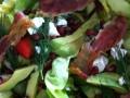 Salade met avocado, ontbijtspek, granaatappelpitjes en meer