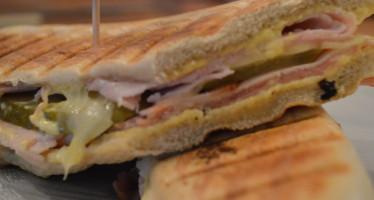 Cubano een fors belegd broodje van onder de grill