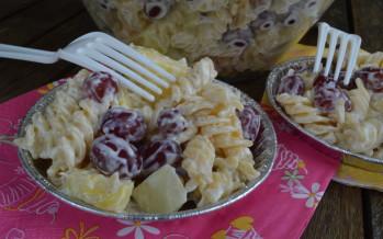 Salade met pasta, fruit en amandelen