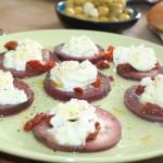 Gezuurde aubergine, zongedroogde tomaatjes en mozzarella