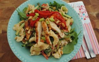 Mediterrane maaltijdsalade met kip, pasta en zongedroogde tomaten