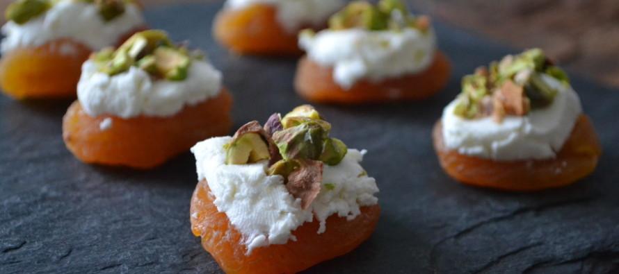 Abrikozen met geitenkaas en pistache