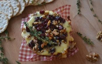 Camembert uit de oven met cranberries, noten en honing