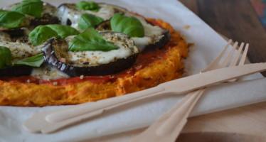 Zoete aardappelpizza met geroosterde aubergine