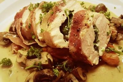 Gevulde kipfilet met spinazie, gewikkeld in parmaham